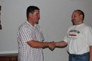 Bürgermeister Alexander Schmitt gratuliert seinem neuen Stellvertreter marko Deglow zu dessen Wahl.