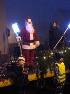 """Nikolaus mit """"starkem Schlitten"""" unterwegs zu den Kindern"""
